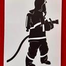 Samolepka na auto - stojící hasič - černá